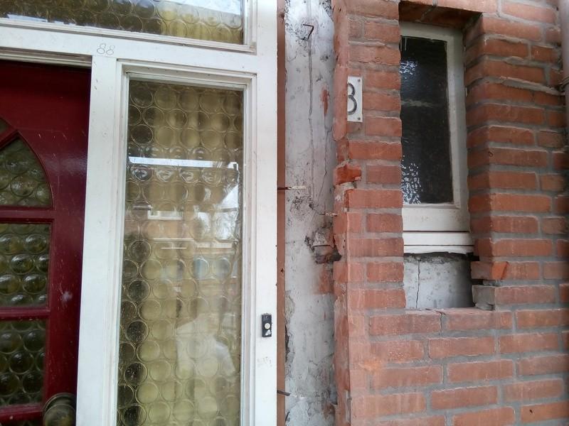 Gevels ingezaagd en uitgehakt voor de asbest