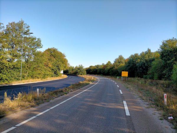 Afrit met nieuw asfalt, maar zonder belijning